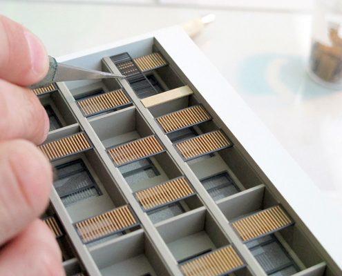 Farebný prezentačný model bytového komplexu s detailným spracovaním zábradlí a slnolamov na balkónoch objektov