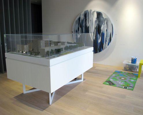Farebný prezentačný model bytového komplexu s detailným spracovaním zábradlí a perforovaných slnolamov