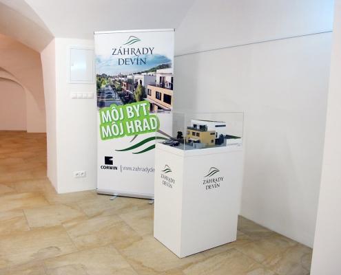 Rozoberateľný plnofarebný model Trojbytovej vily s ukážkou vnútornej dispozície poschodí objektu