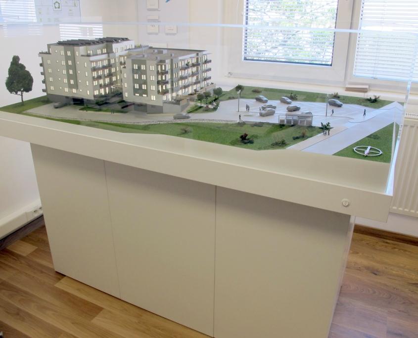 Farebný prezentačný model bytového objektu s funkčnými lampami osvetlenia parkoviska