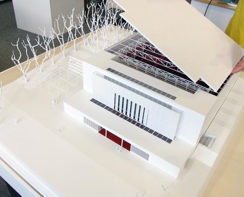 Monochromatický súťažný model kina svnútornou dispozíciou